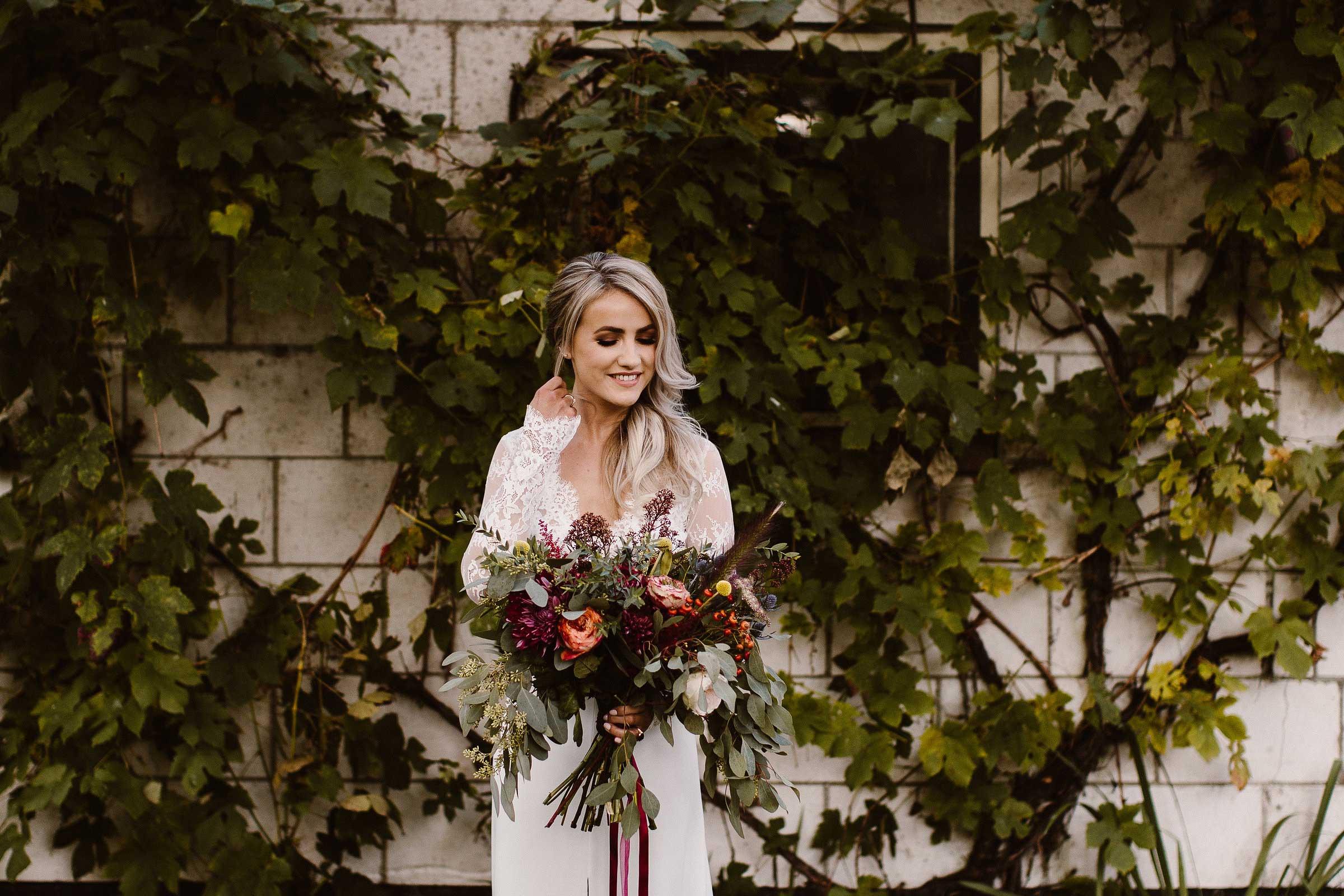 bruid met een bruidsjurk van kant