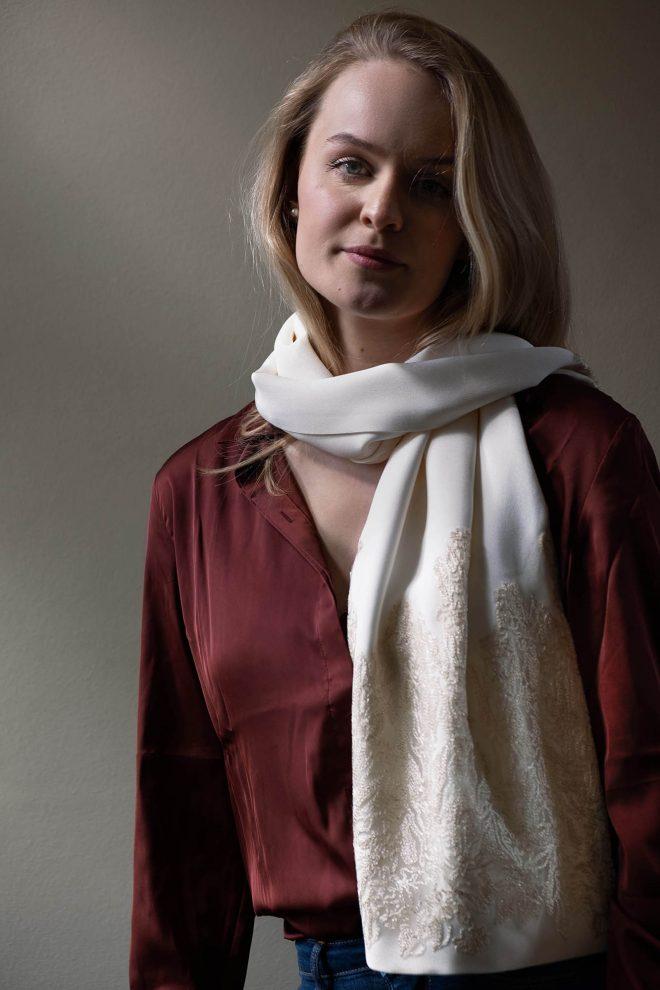 Ivory kleurige sjaal van zijde crepe met geborduurde tule